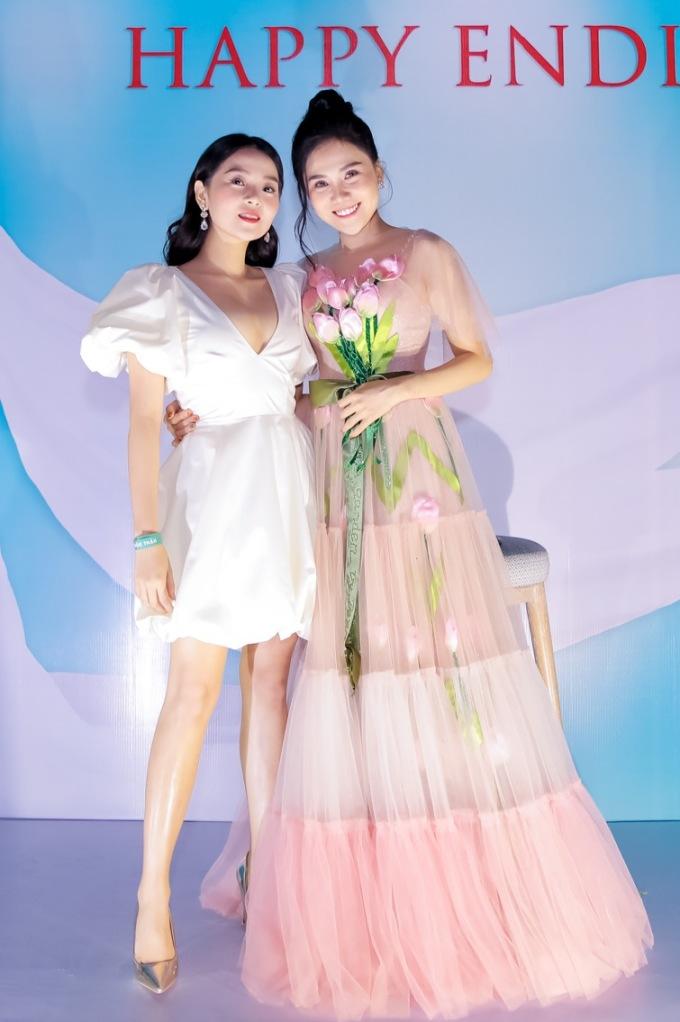 """<p> Ngày 17/11, chị gái của Tam Triều Dâng là Nhất Hương tổ chức tiệc sinh nhật với sự chung vui của những người bạn thân thiết. Thiệp mời dự tiệc đề mừng tuổi mới nhưng đến nơi bạn bè """"sốc"""" khi biết cô còn kết hợp làm tiệc cưới nho nhỏ. Tam Triều Dâng có mặt từ sớm để cùng chị gái đón khách.</p>"""