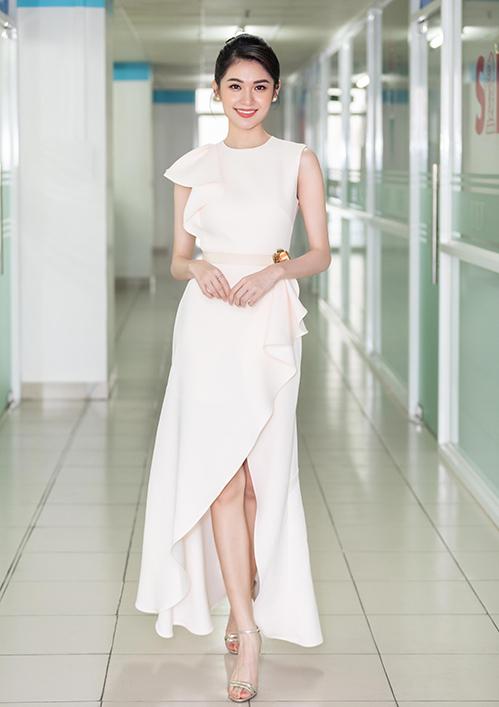 Á hậu Thùy Dung có buổi giao lưu, chia sẻ kinh nghiệm học tiếng Anh cùng các bạn sinh viên trường Đại học Kinh tế tài chính TP HCM (hình 1-10). Người đẹp khoe vóc dáng mảnh mai trong mẫu váy gam màu trắng, nhấn nhá chi tiết xẻ tà thướt tha.