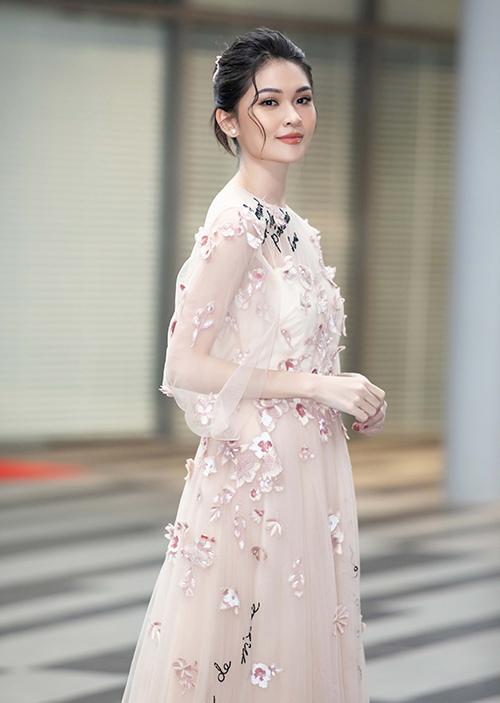Xuất hiện trong sự kiện, Thùy Dung khoe vẻ đẹp thanh thoát với bộ váy xuyên thấu, đính hoa mong manh.