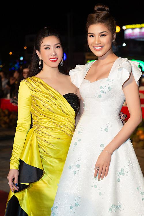 Hoa hậu Thu Hoài và Nguyễn Thị Thành.