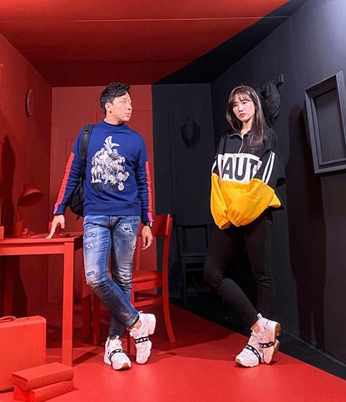 Vợ chồng Trấn Thành - Hari Won khoe giày hàng hiệu đôi trong chuyến du lịch Hàn Quốc.