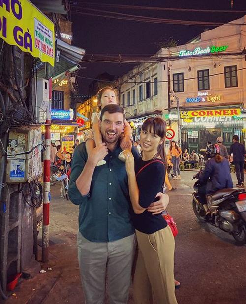 Hai vợ chồng Hà Anh cho con gái dạo phố cổ Hà Nội.