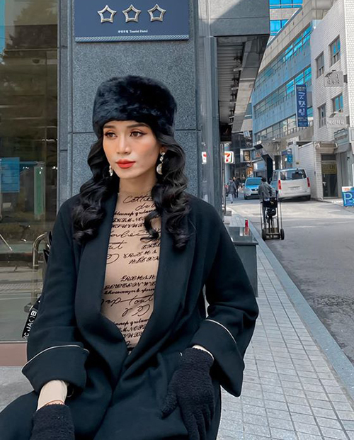 BB Trần thoải mái trang điểm, ăn vậnkiểu búp bê Nga dạo.phố Seoul.