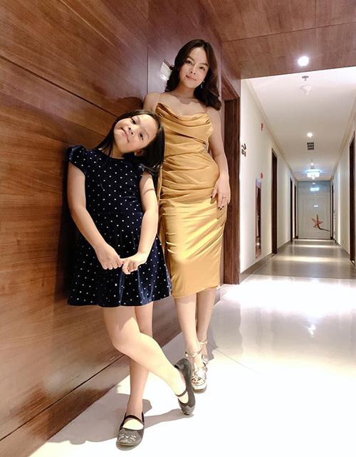 Phạm Quỳnh Anh và con gái đầu lòng quấn quít như hai chị em.