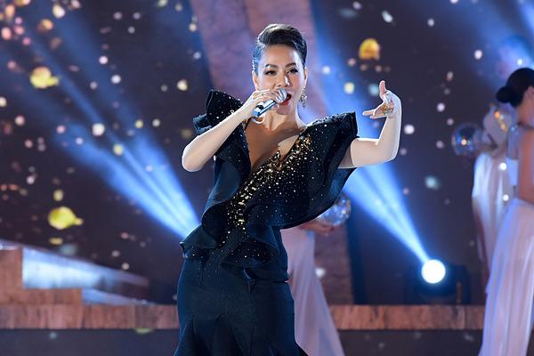 Ca sĩ Thu Minh tham gia trình diễn.