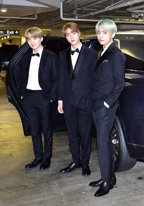 Fan cho rằng đây là một trong những trang phục dự thảm đỏ huyền thoại của BTS.