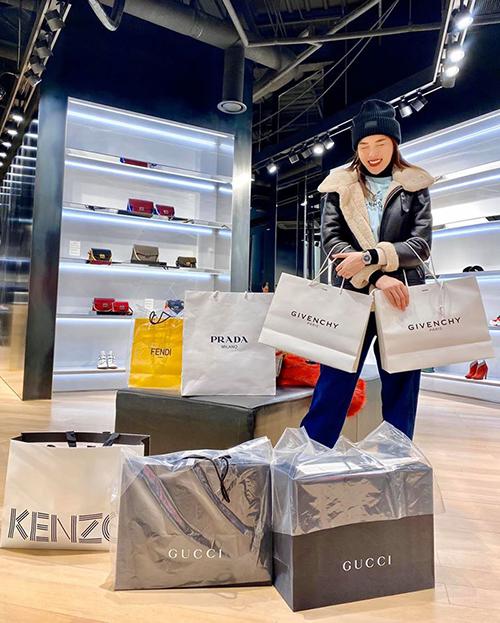 Mừng sinh nhật tuổi 23, Kỳ Duyên tự thưởng một chuyến du lịch dài ngày ở Hàn Quốc. Hoa hậu tranh thủ bổ sung vào tủ đồ hàng loạt món hàng hiệu đến từ những thương hiệu cao cấp. Trong những bức hình, Kỳ Duyên khoe chiến tích túi to túi bé sau một buổi shopping.