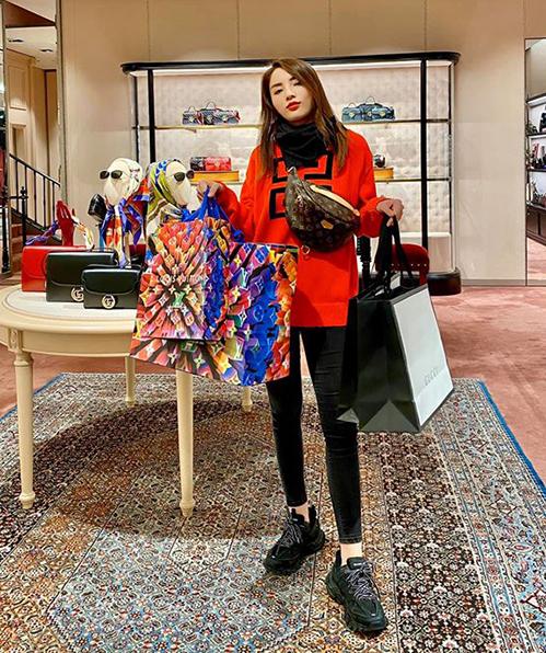 Người đẹp đặc biệt ưu ái những sản phẩm của Gucci, Fendi, Givenchy, những thương hiệu mà Kỳ Duyên thường xuyên diện xuống phố.