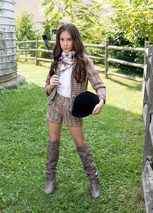 Bộ ảnh có chủ đề Cô gái đồng quê.Trang phục sử dụng cho bộ ảnh này là của thương hiệu Bound by the Crown Couture - thương hiệu thời trang cao cấp dành cho trẻ em và giới trẻ Mỹ được thiết kế bởi Susanna Barrett Paliotta. Chịu trách nhiệm trang điểm và làm tóc cho Lucy là chuyên gia make up người Ý Monica Hall. Brett Martelli - nhiếp ảnh gia người Mỹ vô cùng quen thuộc tại các sàn diễn thời trang nổi tiếng tại Mỹ là người đã thực hiện bộ ảnh xuất sắc này. Ông còn là người tạo cảm hứng tuyệt vời để Lucy thể hiện thần thái tốt nhất cho bộ ảnh.