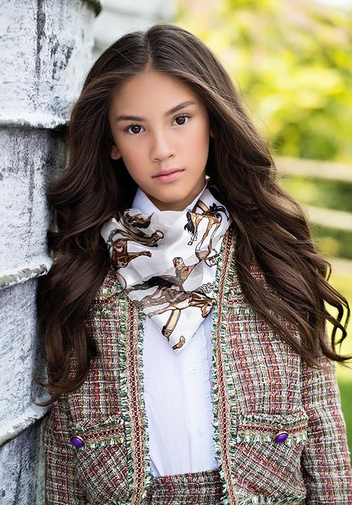 Trong bộ hình, bông hồng lai Việt - Mỹ khoe thần thái, biểu cảm chuyên nghiệp. Mới 10 tuổi nhưng Lucy đã có nhiều năm hoạt động trong lĩnh vực người mẫu, thời trang.