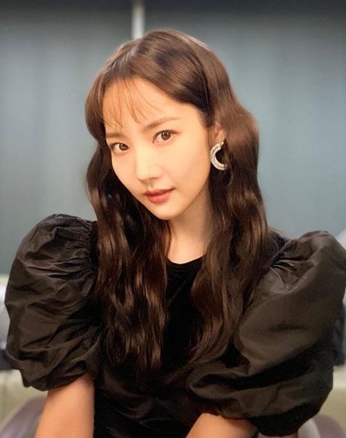 Park Min Young khoe vẻ đẹp cổ điển với kiểu tóc mới.