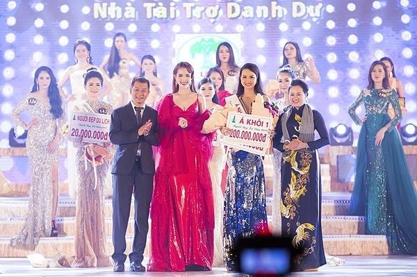 Phan Thị Mơ trao danh hiệu Á khôi 1 Người đẹp xứ Dừa cho thí sinh Trần Nguyễn Phương Thanh.