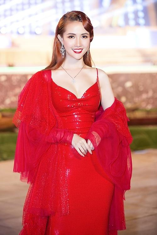 Phan Thị Mơ chọn đầm sequin của nhà thiết kế Nguyễn Minh Tuấn. Cô khoác áo voan đính kim sa.