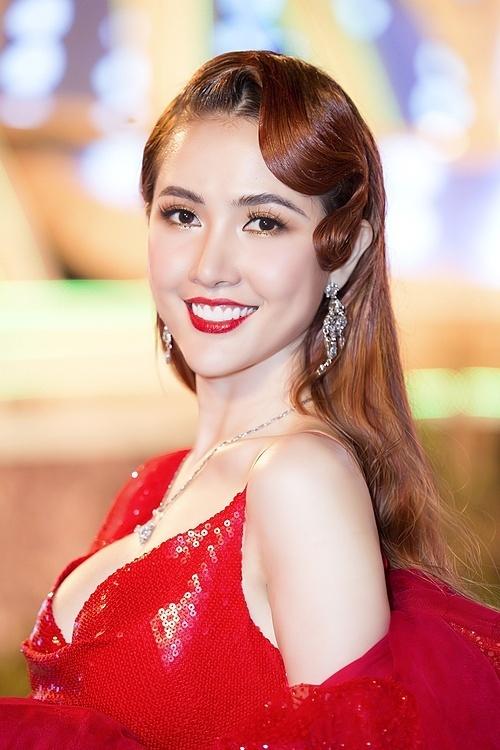 Người đẹp gốc Tiền Giang dùng bông tai, dây chuyền kim cương làm phụ kiện. Cô làm tóc cổ điển.