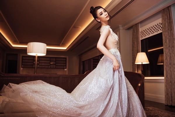 Phạm Thị Thu Hà đến từ TP HCM, là Hoa khôi Sinh viên Việt Nam. Cô diện đầm đính kim sa lấp lánh.