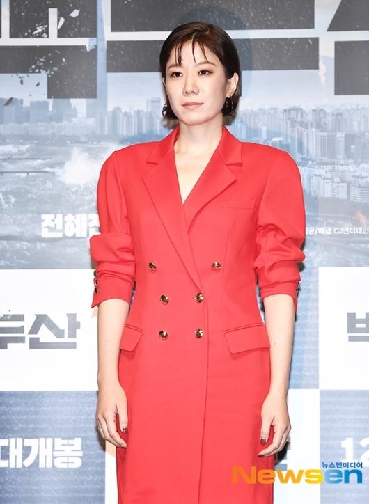 Suzy được khen đẹp như nữ thần tại họp báo phim bom tấn - 7