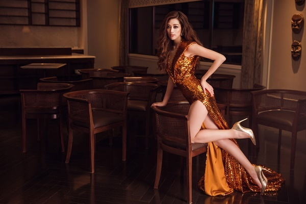 Nguyễn Trần Khánh Vânmặc đầm xẻ đùi gam màu ánh kim. Cô từng thi Miss Universe Vietnam 2015 nhưng bị loại sớm. Sau bốn năm, cô trở lại với body cân đối,gương mặt sáng.