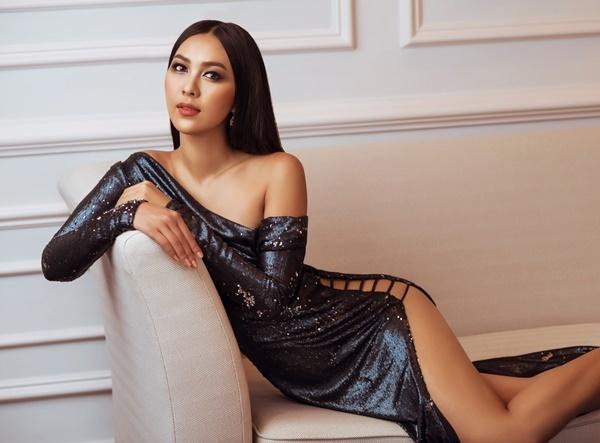 Trần Thị Kim Vàng mặc đầm lệch vai cắt xẻ sexy. Cô gây ấn tượng với nước da nâu bóng.