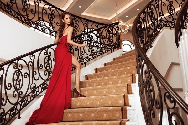 Hương Ly diện đầm dây mảnh gam màu đỏ. Quán quân Vietnams Next Top Model 2015cao 1,76 m. Cô nặng 64 kg, số đo ba vòng là 82-60-92 cm.