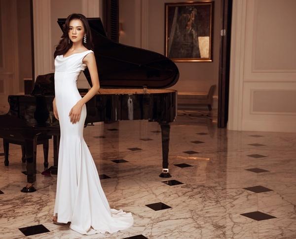 Vũ Thục Chinh từng thi The Face, Vietnams Next Top Model. Cô mặc đầm trắng thanh lịch.