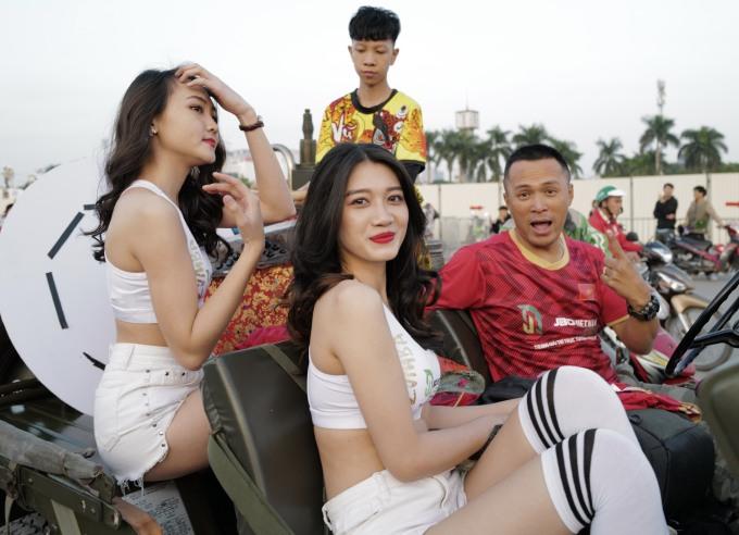<p> Các cô gái đã ăn mặc trẻ trung, đúng với tinh thần yêu thể thao. Họ ngồi xe diễu hành trên đường phố.</p>