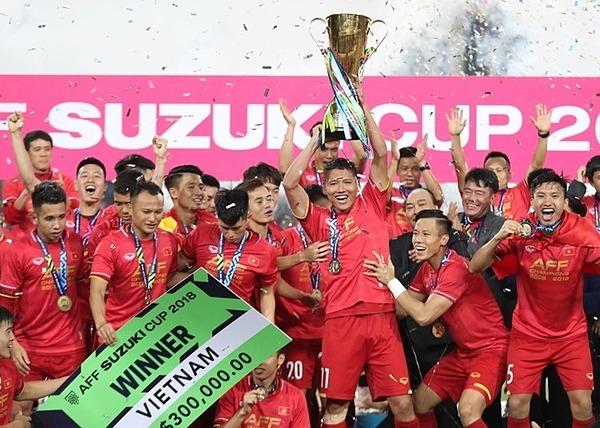 Anh Đức và đồng đội cùng nâng cúp vô địch sau trận chung kết lượt về ở Mỹ Đình tối 15/12.