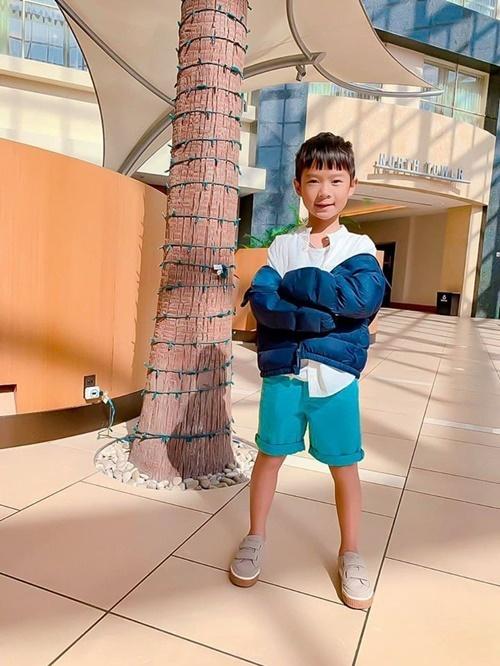 Rio thích học nhiều thứ nên lịch luôn kín. Hiện tại, bé học bốn ngoại ngữ là tiếng Anh, Nhật, Hàn, Trung nhưng vẫn đòi học thêm. Bên cạnh đó, bé còn học bơi, học võ, đàn piano và boxing. Gần đây, Rio đặc biệt yêu thích bộ môn bóng rổ nhưng gia đình chưa có thời gian đưa bé đi học.