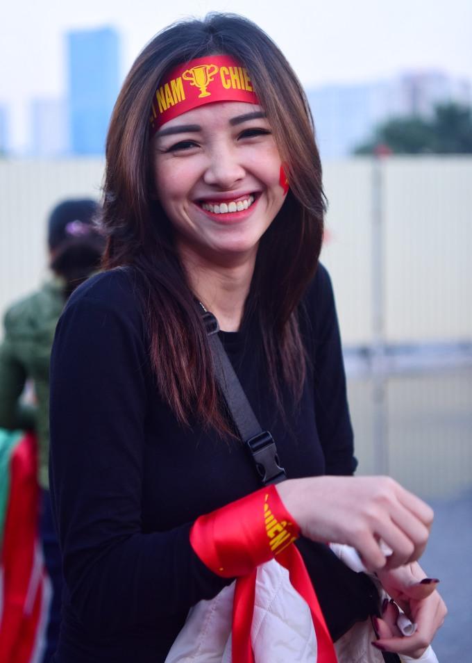 """<p> """"Đặc sản"""" của CĐV Việt Nam không chỉ có đông, khí thế hừng hực mà còn có cả fan nữ xinh đẹp. Vẻ đẹp của các nữ CĐV Việt Nam từng được tờ Fox Sports Asia bình luận: """"Ôi, Việt Nam!"""".</p>"""