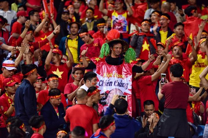 """<p> Để cổ vũ đội tuyển nhà trước trận <a href=""""https://ione.vnexpress.net/tin-tuc/nhip-song/viet-nam-thai-lan-la-tran-sieu-kinh-dien-dong-nam-a-4014348.html"""" rel=""""nofollow"""">siêu kinh điển </a>chạm trán Thái Lan,<a href=""""https://ione.vnexpress.net/photo/ngam/girl-xinh-khuay-dong-chao-lua-my-dinh-truoc-gio-gap-thai-lan-4014785.html"""" rel=""""nofollow""""> CĐV Việt Nam </a>khiến cả Đông Nam Á bất ngờ, thán phục trước tinh thần cổ động không hề mệt mỏi. Hình ảnh quốc kỳ và những chiếc áo đỏ sao vàng rực rỡ cả 1 con đường, cùng với đó là những chiếc băng rôn, khẩu hiệu cổ vũ 'cực chất'.</p>"""