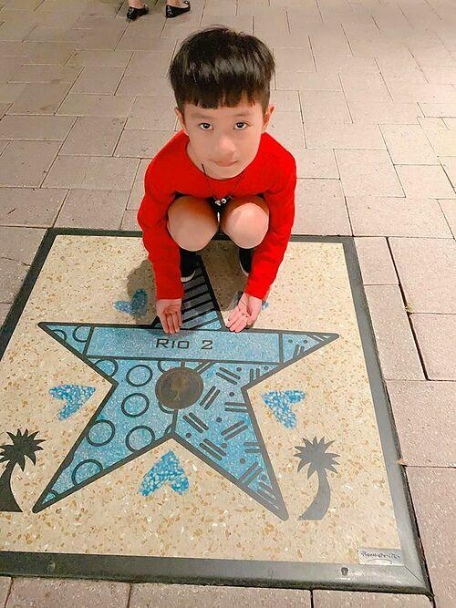 Rio là cậu bé hiếu học nhất trong gia đình. Các em trong nhà thường bắt chước anh học.Mới 8 tuổi nhưng cậu cả Rio đã biếttự làm những việc nhỏ trong gia đình như quét nhà, trông em. Bé thường vẽ, đọc sách lúc rảnh rỗi.