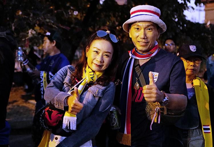 Hai CĐV trung niên đến sân để cổ vũ Thái Lan.