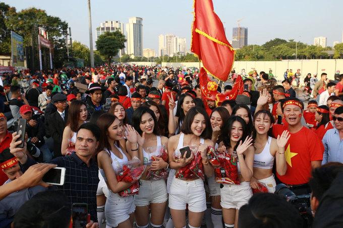 <p> Trận Việt Nam - Thái Lan diễn ra tại sân vận động Mỹ Đình. Ba tiếng trước giờ bóng lăn, nhiều CĐV mặc áo đỏ, trong đó có cả những nữ sinh đã kéo xuống đường để cổ vũ và theo dõi trận đấu này. Họ dành tình yêu đặc biệt cho môn thể thao vua không kém gì nam giới.</p>