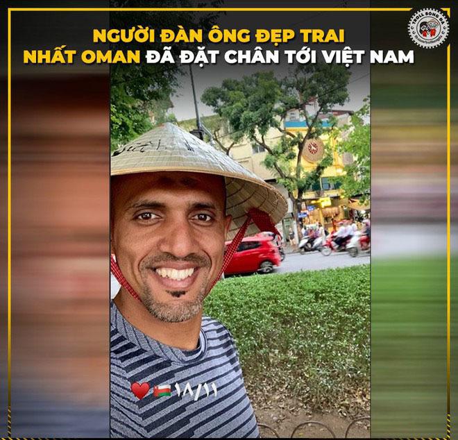 <p> Trọng tài người Oman Ahmed Al-Kaf trở thành nhân vật được bàn luận khi ông cầm còi trong trận đấu này. Những ngày qua ông đã tới Hà Nội và còn khoe ảnh check-in.</p>