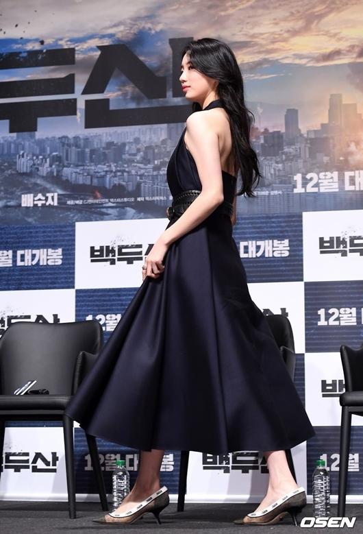 Màn xuất hiện xinh đẹp của Suzy đã giúp tên tuổi cô nàng leo top trend một số quốc gia châu Á, gây bão tại trang chủ Naver.