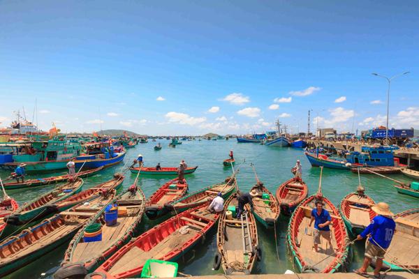 Đi bộ, thăm các làng nghề và dùng bữa tại làng chài Hàm Ninh  Làng chài Hàm Ninh là sự kết hợp hoàn hảo giữa nhà hàng ngoài trời và chợ hải sản. Làng chài nằm trên bờ biển phía Đông với nhà sàn, những chiếc thuyền đầy màu sắc và những nhà hàng nổi lơ lửng trên mặt nước. Bạn có thể thưởng thức rất nhiều hải sản tươi ngon như cua, nghêu, sò và nhím biển (cầu gai)...