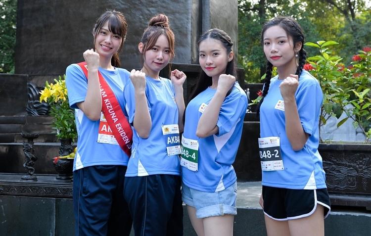 Ngày16 - 17/11, nhóm nhạc SGO48 tham gia giải chạy tiếp sức mang phong cách Nhật Bản tại Hà Nội. Sự kiện còn có sự tham gia của 2 thành viên nhóm nhạc AKB48 nổi tiếng Nhật Bản. Hai thành viên AKB48 (bên trái) kết hợp cùng hai cô gái nhóm đàn em SGO48 tham gia chạy tiếp sức.