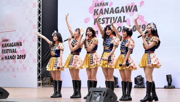 Ngay sau sự kiện chạy bộ là tiết mục biểu diễn của hai nhóm nhạc. Đây cũng là lần đầu tiên nhóm SGO48 cùng các tiền bối biểu diễn chung tiết mục trên sân khấu Việt Nam. Tuy thể hiện bản hit Koisuru fortune cookie hoàn toàn bằng tiếng Nhật nhưng các cô gái Việt Nam tỏ ra không hề kém cạnh đàn chị.