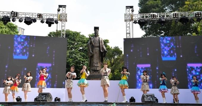 Hai nhóm nhạc AKB48 và SGO48 kết hợp diễn chung bản hit Koisuru fortune cookie trên sân khấu.