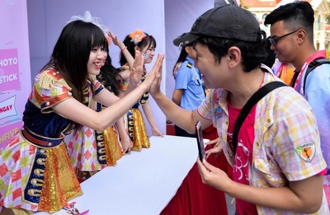 Nhóm SGO48 còn tổ chức sự kiện high five dành riêng cho fan Hà Nội.