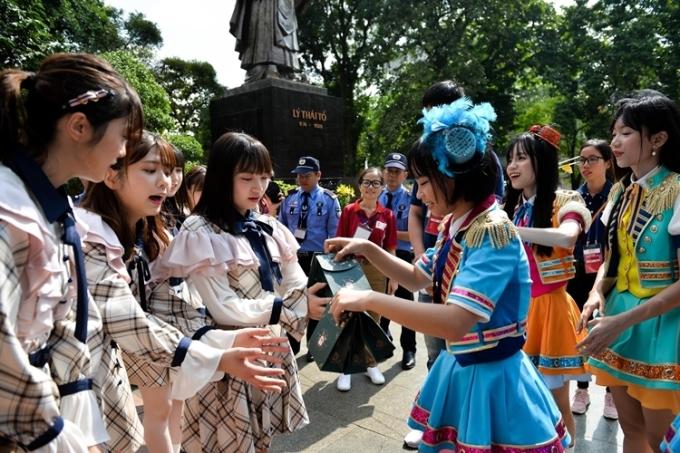 Các thành viên SGO48 tặng quà cho đàn chị AKB48 trước khi chia tay