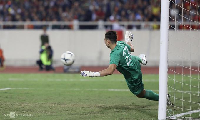 Văn Lâm là cầu thủ chơi xuất sắc nhất bên phía tuyển Việt Nam trong trận gặp Thái Lan. Ảnh Đức Đồng.