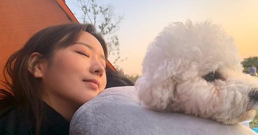 Bomi (Apink) thảnh thơi ngắm hoàng hôn bên cún cưng.
