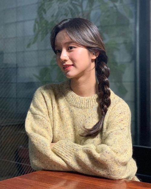 Hye Ri tết tóc một bên đáng yêu. Mới đây cô nàng khiến fan thở phào khi tiết lộ chuyện tình cảm với Ryu Jun Yeol vẫn tốt đẹp.