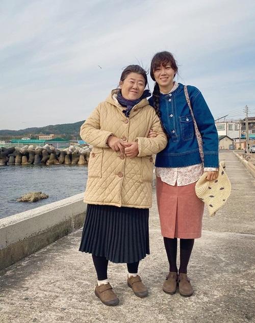 Gong Hyo Jin thân thiết bên Lee Jung Eun - diễn viên đóng vai mẹ của cô trong Khi hoa trà nở.