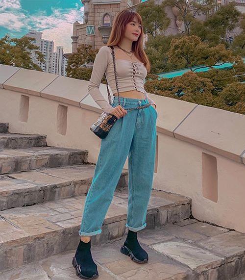 Với túi xách, giày dép, Minh Hằng thường chọn những nhà mốt cao cấp, còn với quần áo đời thường, nữ ca sĩ ưu ái nhãn hàng bình dân như Zara. Trong tủ đồ của bé Heo gần đây, cô đặc biệt ưa chuộng mẫu quần jeans ống rộng của thương hiệu đến từ Tây Ban Nha.
