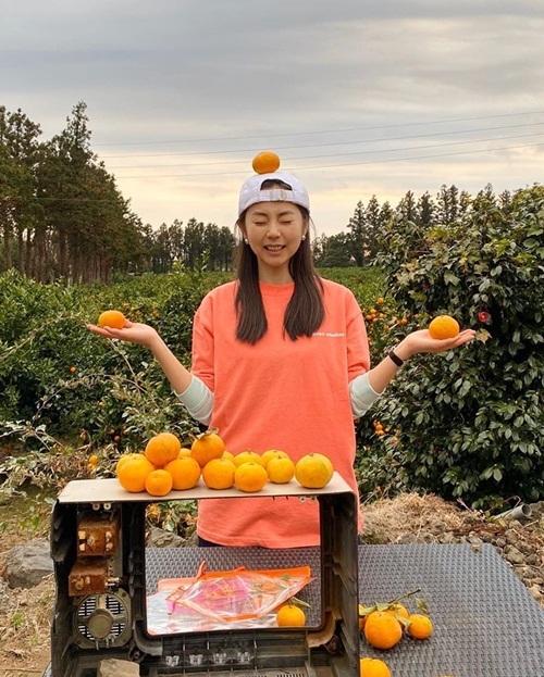 Ahn So Hee lộ biểu cảm hài hước khi chơi giữ thăng bằng với cam.