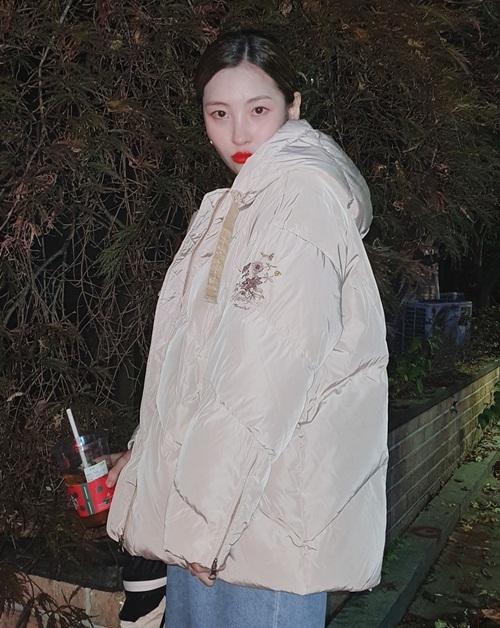 Sun Mi khoác áo phao ấm áp dạo phố.