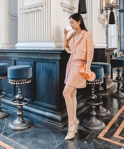 Jun Vũ thêm sang trọng khi mặc cả cây vải tweed từ áo đến váy.