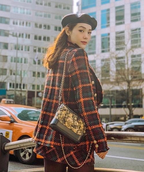 Minh Hằng cũng đầy trẻ trung, sành điệu khi diện đồ vải tweed theo set, màu sắc nổi bật hợp với ngày lạnh.