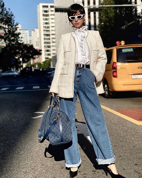 Không hổ danh là fashionista hàng đầu Vbiz, Khánh Linh luôn bắt mốt rất nhanh nhạy. Cô nàng hóa một quý cô Parisian đúng chuẩn với bộ cánh thanh lịch mà vẫn cá tính.